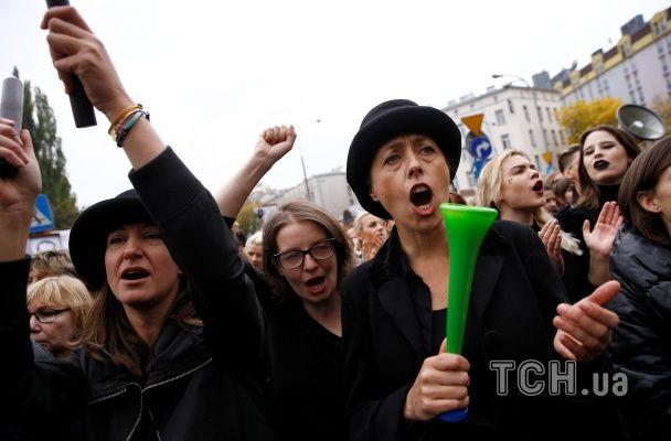 """""""Мое тело - мое дело"""": в Польше тысячи людей вышли на черный протест против запрета абортов"""