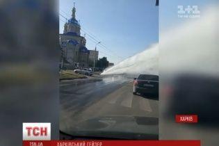 """В Харькове фонтан кипятка устроил """"автомойку"""" на дороге"""