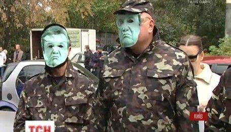 В Киеве активисты устроили эротический пикет под посольством США