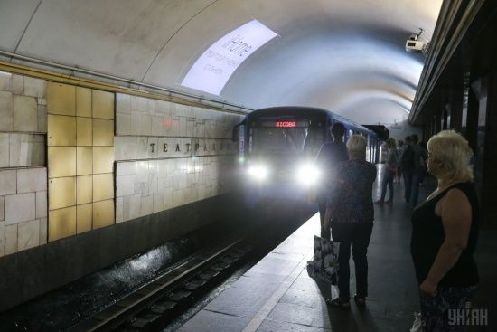 """У Києві через повідомлення про замінування не працювала станція метро """"Театральна"""""""