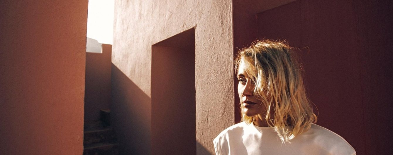 Экс-Ева Бушмина свисает с балкона футуристического здания в новом клипе