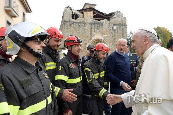 Фото с пожарными и прогулка по руинам. Папа Римский посетил разгромленный итальянский город
