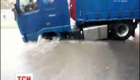 Во Львове из-за сильного ливня произошел провал отремонтированной дороги