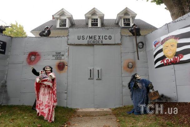 В США Клинтон и Трамп стали героями саркастической инсталяции к Хеллоуину