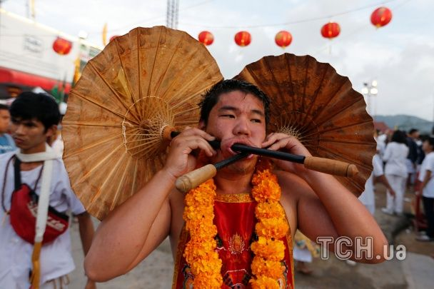 Продірявлені щоки і почикрижені язики. Таїланд святкує моторошний фестиваль вегетаріанців