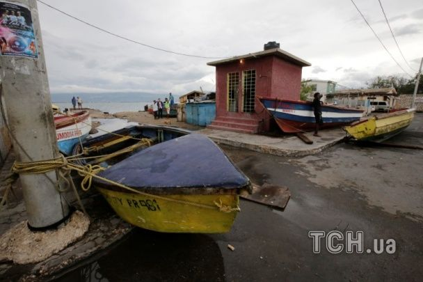 Разрушенные мосты и 17 жертв. Reuters показал фото последствий урагана десятилетия в США
