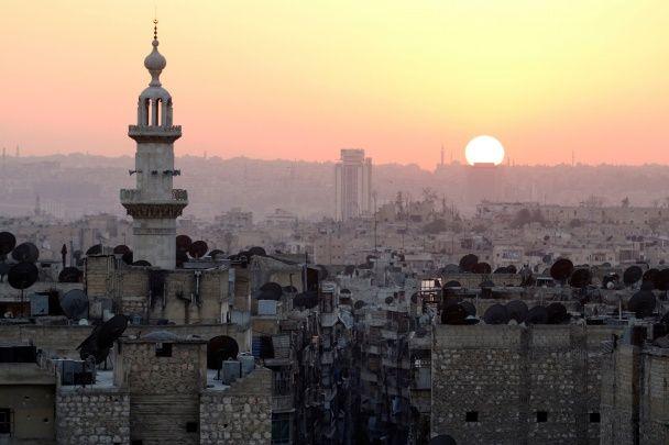 Самые яркие фото дня: закат над Алеппо, последствия урагана Мэтью