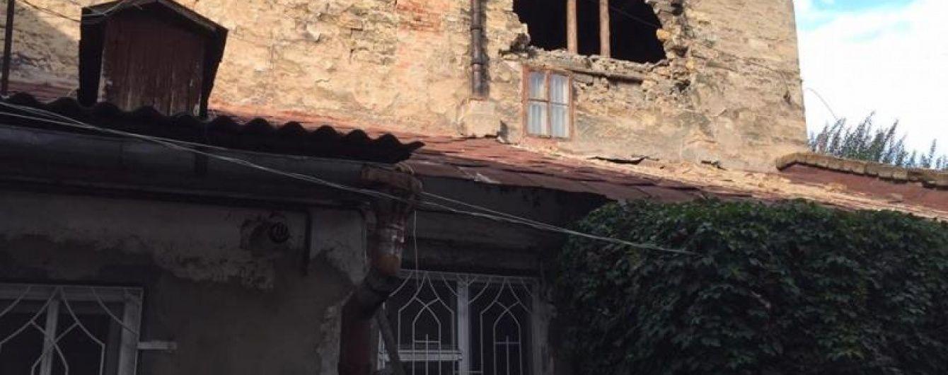 В Одессе после ливня обрушилась часть стены жилого дома