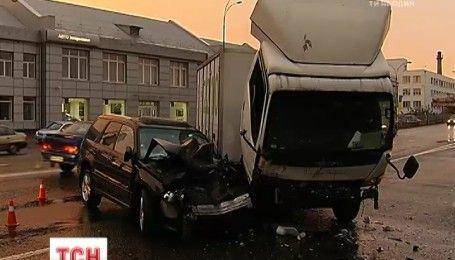 У Києві вантажівка врізалася в легковик через необережних пішоходів