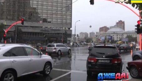 Необычный светофор с подсвеченными опорами установили в центре столицы