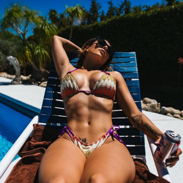 Ню-фото и стальные ягодицы. Что постит одна из самых горячих девушек Instagram