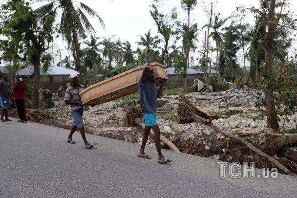 """Более трехсот погибших на Гаити и тысячи отмененных рейсов в США: """"Мэтью"""" продолжает господствовать"""