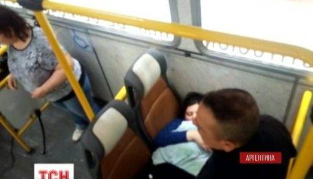 В Аргентині водій автобуса та поліція допомогли з'явитися на світ маленькому хлопчику