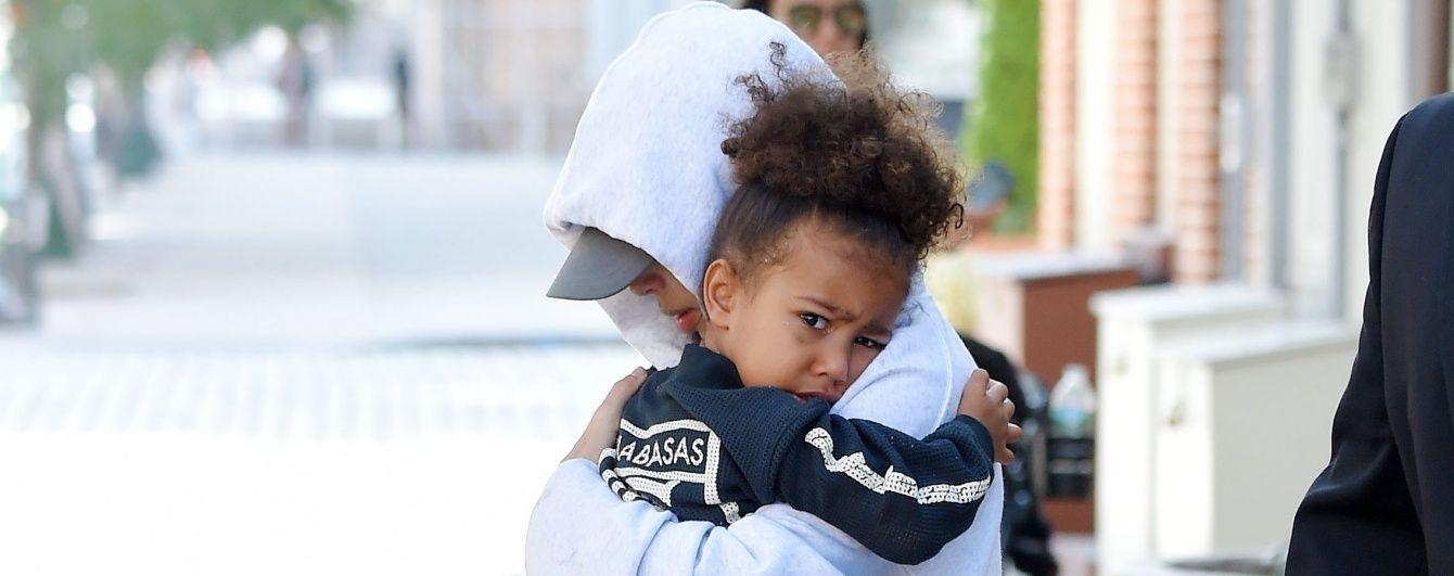 Впервые после ограбления: папарацци подловили Ким Кардашьян с дочерью на улице Нью-Йорка