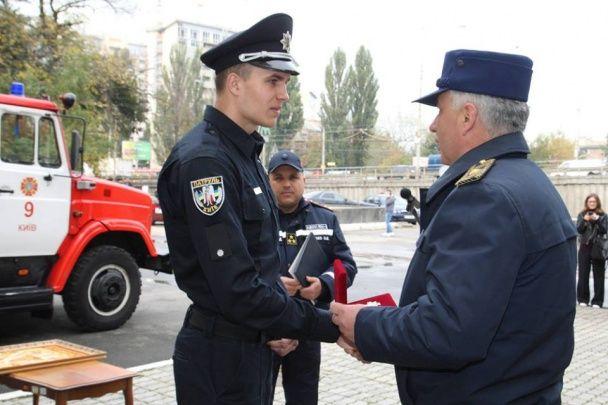 Патрульному-рятівнику київської родини подарували ікону й нагородили нагрудним знаком