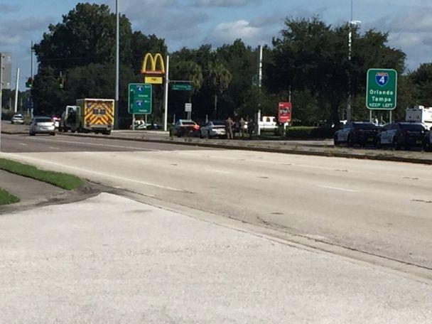 """У США озброєні викрадачі авто взяли в заручники людей у """"МакДональдзі"""""""