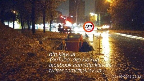 У Києві автомобіль повністю впав у яму посеред дороги