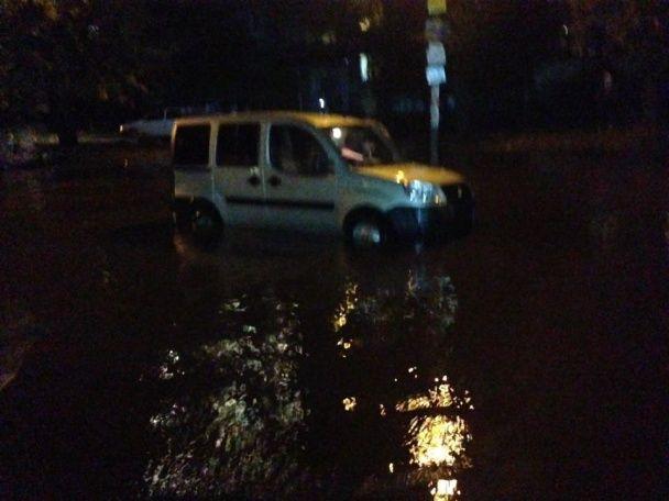Негода наробила лиха у Дніпрі, а Київ та Харків заливають потужні зливи