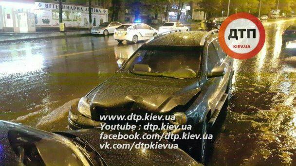 """Масштабное ДТП в Киеве: """"Volvo"""" сбил двух пешеходов на переходе и вылетел на встречку"""