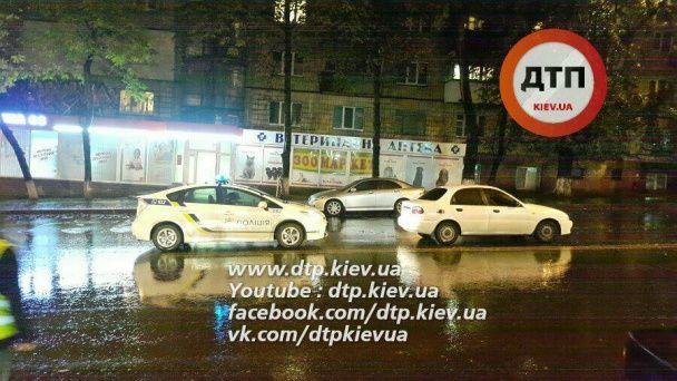 """Масштабна ДТП у Києві: """"Volvo"""" збив двох пішоходів на переході і вилетів на зустрічну смугу"""