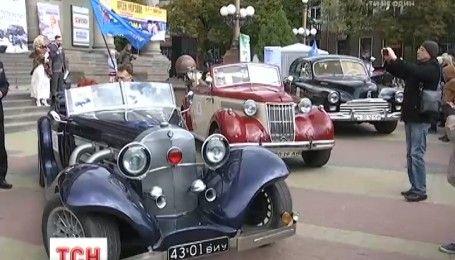 """У Тернополі відбувся міжнародний фестиваль ретроавтомобілів """"Золота підкова"""""""