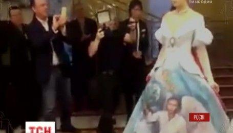 В сети распространили видео, на которое было снято платье-подарок для Путина