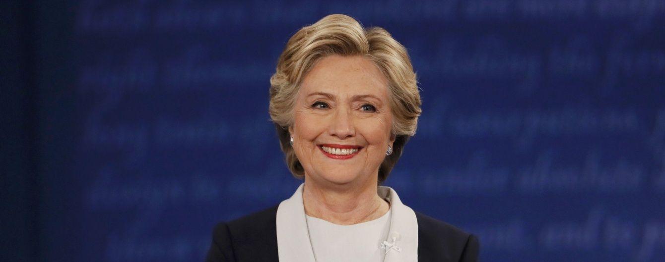 Муха Клинтон. Юзеров соцсетей рассмешило насекомое, севшее в прямом эфире дебатов на бровь политика