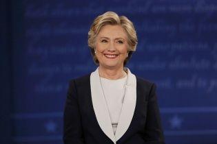 Муха Клінтон. Юзерів соцмереж розсмішила комаха, яка в прямому ефірі дебатів сіла на брову політика
