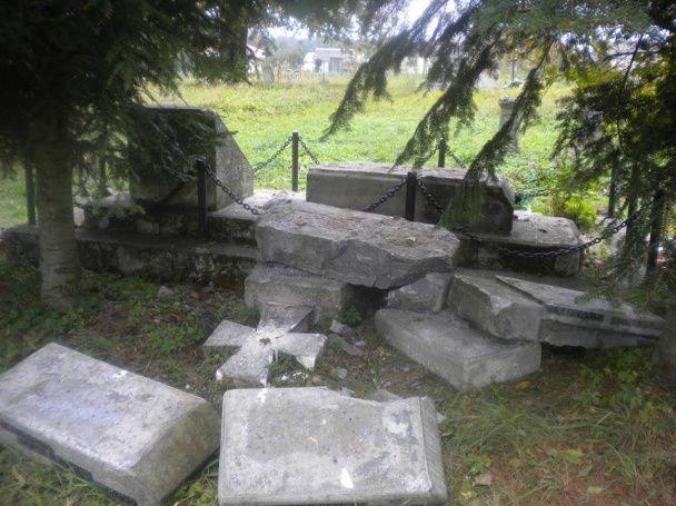 В Польше осудили осквернение памятника УПА в Верхрате