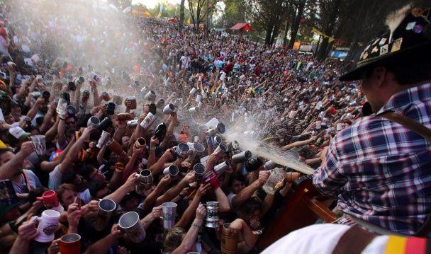 Самые яркие фото дня: веселый Октоберфест в Аргентине, эмоциональные дебаты Клинтон и Трампа