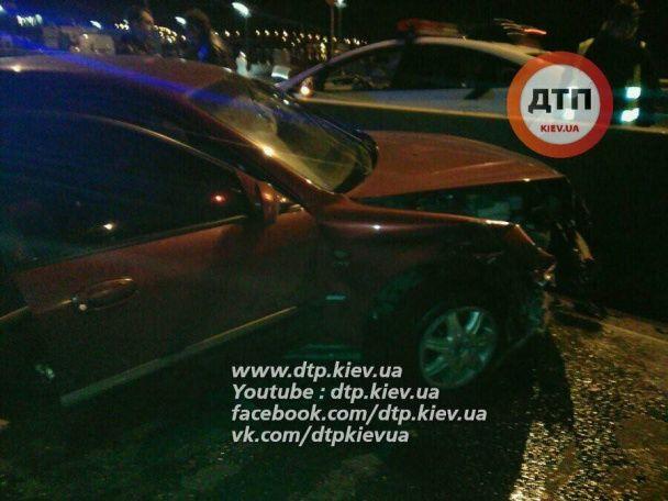 П'яна нічна ДТП: у Києві на Набережній авто влетіло у відбійник, є постраждалі