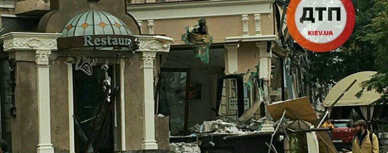 Неизвестные в пух и прах разгромили элитный ресторан в центре Киева