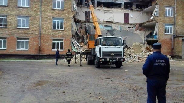 З'явилися фото з місця обвалення будівлі школи у Василькові