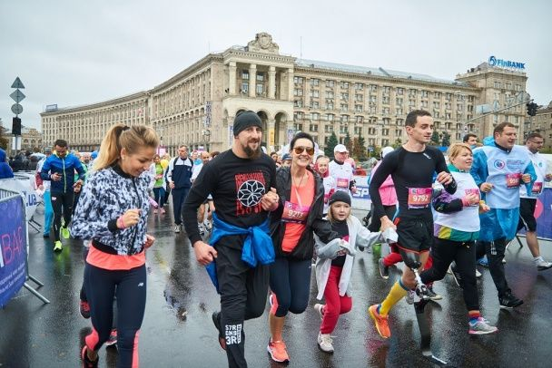 Лида Таран и команда звезд пробежали ради больных детей дистанцию под холодным ливнем