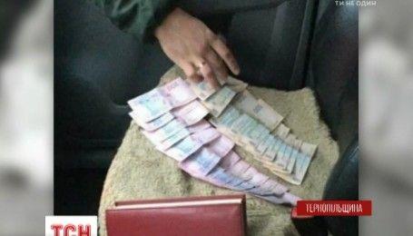 На Тернопільщині поліцейського затримали на хабарі у 8 тисяч гривень