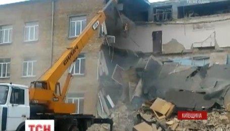Надзвичайна подія на Київщині: у Васильківській школі обвалились три поверхи перекриття
