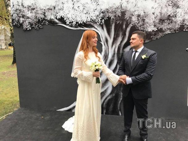 Изысканная невеста и море цветов. Появились первые фото со свадьбы Тарабаровой
