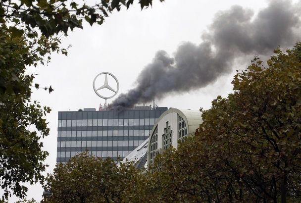 Грандіозна пожежа в центрі Берліна: гасити полум'я вирушили 60 машин