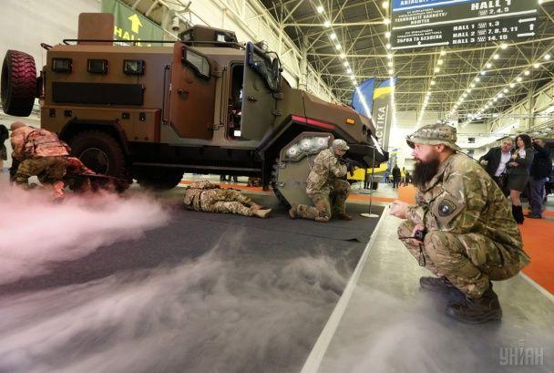 """Найяскравіші фото дня: відкриття масштабної виставки зброї у Києві, наслідки урагану """"Метью"""""""