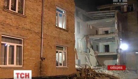 Спасатели ночью закончили разбирать заваленные стены школы в Василькове