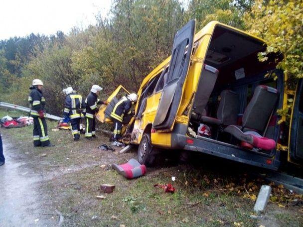 Під Кам'янцем-Подільським вантажівка зіткнулась із пасажирською маршруткою, є загиблі