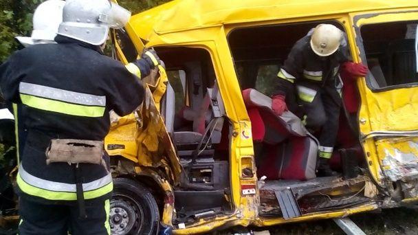 Под Каменцем-Подольским грузовик столкнулся с пассажирской маршруткой, есть погибшие