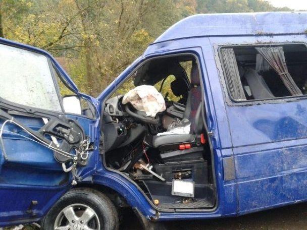 На Закарпатье возле заправки мощно столкнулись два микроавтобуса, пострадали девять человек