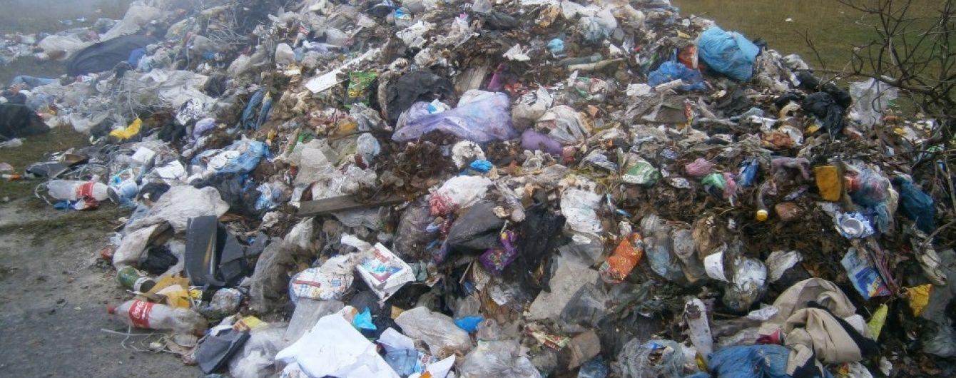 Львівським сміттям засипали покинуту ферму під Києвом
