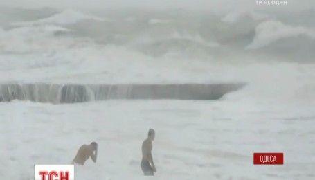 Море по коліно: в Одесі двоє відчайдухів купалися під час шторму