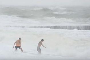 В Одесі двоє відчайдухів пішли купатись у штормове море
