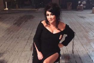 Роковая Лолита в соблазнительном платье сняла клип у Потапа