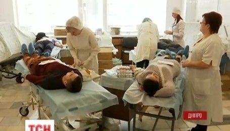 Полтысячи днепрян сдали кровь для раненых бойцов