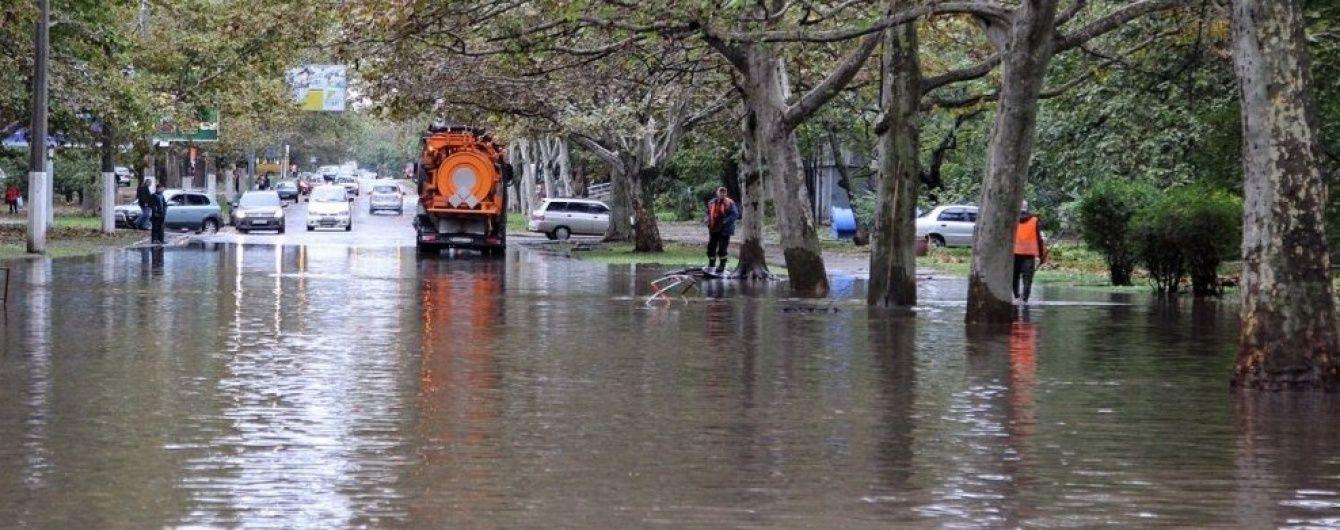 Предприимчивые одесситы перевозят горожан за 150 гривен затопленными улицами
