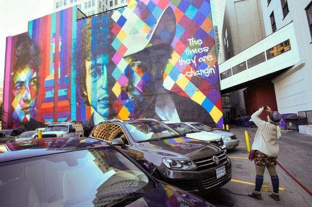 Самые яркие фото дня: триумф нобелевского лауреата Боба Дилана, печаль по королю Таиланда